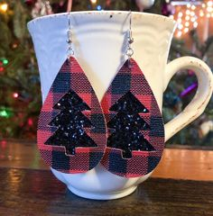 Handmade Buffalo Plaid Earrings with Black Winter Tree Diy Leather Earrings, Diy Earrings, Leather Jewelry, Leather Craft, Teardrop Earrings, Plaid And Leather, Christmas Tree Earrings, Jewelry Making Tutorials, Polymer Clay Jewelry