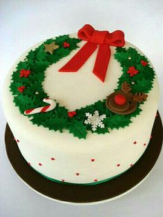 Christmas Garland cake This is the one. Love the design Chrismas Cake, Christmas Themed Cake, Christmas Cake Designs, Christmas Cake Decorations, Christmas Cupcakes, Christmas Sweets, Christmas Cooking, Holiday Cakes, Christmas Goodies