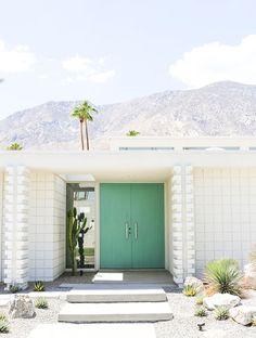 Take a self-guided Palm Springs Door Tour to check out all the bright colorful modern front doors including that pink door! Palm Springs Häuser, Palm Springs Style, Parker Palm Springs, Palm Springs California, Residential Architecture, Modern Architecture, Spring Architecture, California Architecture, Casa Retro