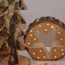 Wunderschöne Baumscheibe aus Birkenholz mit einem ausgeschnittenem Stern und Beleuchtung. Diese stimmungsvolle Deko hübscht jede Weihnachtsdeko toll auf. Der Stern und die Lichterkette sind...