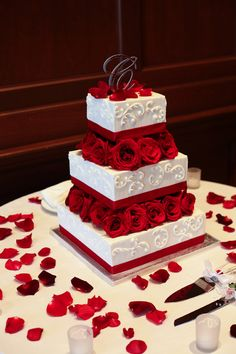 Three-tier square cake with fondant design and red rose accents | villasiena.cc
