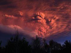 Le Puyehue est un volcan chilien culminant à 2 236 mètres d'altitude dans la cordillère des Andes. Juin 2011: le Puyehue entre en éruption