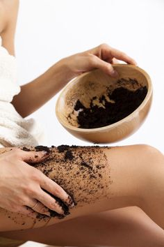 Coconut Oil + Coffee = Best Anti-Cellulite Exfoliator Ever! Beauty Care, Diy Beauty, Beauty Skin, Health And Beauty, Beauty Hacks, Beauty Essentials, Stretch Marks Coconut Oil, Coconut Oil Body Scrub, Coconut Oil Coffee