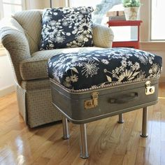 ideas for storage ottoman diy vintage suitcases Plywood Furniture, Upcycled Furniture, Diy Furniture, Diy Storage Ottoman, Diy Ottoman, Old Luggage, Muebles Shabby Chic, Diy Casa, Reupholster Furniture