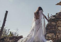 Una Boda Castellana © Le Mariage Creatif.   open back wedding dress