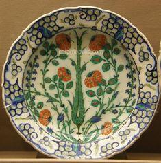Iznik Plate – Saz Leaf with Red Flowers Iznik 16th – Benaki Islamic Museum Greece