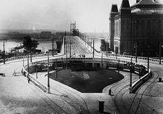 1937. Boráros tér, a Horthy Miklós hídpesti hídfője. A torlaszokból ítélve még az 1937. szeptember 12.-i átadás előtti állapot, hiszen a hídra vezetõ út még korláttal van elkerítve, de a körúti villamosvonal új hurok-végállomása már üzemel.A háttérben, a budai oldalon még épül a Haditengerészeti Hősi Emlékmű. Ezt csak október 10.-én avatták fel.Az útburkolat kockakő, a villamos nyitott peronú és Beszkárt festésű. Ekkoron már felsőszedős. A kandeláberek számomra újszerűek (legalábbis a…