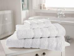 Gli asciugamani sono probabilmente l'accessorio che in casa usiamo di più e proprio per questo richiedono frequenti lavaggi. Di conseguenza la struttura delle fibre ne risente e essi tendono ad essere ruvidi ed ingialliti. Tuttavia non possiamo esimerci dal lavare frequentemente gli asciugamani, l'umidità che essi incamerano una volta utilizzati è terreno fertile per la proliferazione di batteri, responsabili tra l'altro di cattivo odore. Non dimentichiamo inoltre che sarebbe opportuno usare…