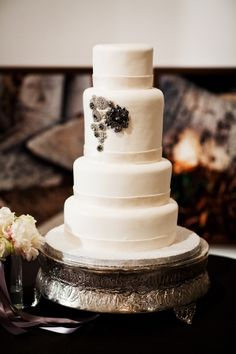Black and white wedding cake   photography by http://www.blogjerry.com/