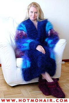 Wrap that coat around my naked body and hug me tight but wear one of your sweaters underneath of corse. Gros Pull Mohair, Mohair Sweater, Blue Cardigan, Catsuit, Sweater Outfits, Lana, Fur Coat, Turtle Neck, Sweaters