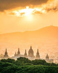 Every city gets them yet each one is unique in its own way . Photo by:@caldeh . . #travellink #travellinknordic #barcelona #montjuic #goldenhour #magiclight #barcelonapic #lovebarcelona #travelspain #familydestinations #familyvacay #summervacay #catalunya #sunlight #sunsetsky #visitbarcelona
