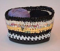 recycle-plastic bag as yarn basket crochet pattern Knit Or Crochet, Crochet Crafts, Yarn Crafts, Crochet Hooks, Free Crochet, Sewing Crafts, Recycled Plastic Bags, Plastic Grocery Bags, Plastic Recycling
