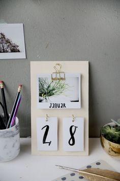 Creative DIY idea to make your own: DIY calendars made of plywood and insta . Kreative DIY Idee zum Selbermachen: DIY Kalender basteln aus Sperrholz und Insta… Creative DIY DIY idea: DIY calendars made from plywood and instax instant pictures Diy Tumblr, Diy Décoration, Easy Diy Crafts, Sell Diy, Fun Diy, Diy Kalender, Diy Y Manualidades, Tumblr Rooms, Diy Room Decor Tumblr