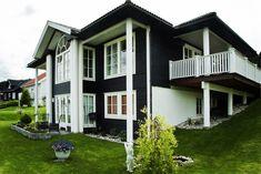 Kloppen- søyla kan fåes opp til 8 meters lengder. Her på et Aurora- hus fra Systemhus. Aurora, Garage Doors, Mansions, House Styles, Outdoor Decor, Kitchen, Home Decor, Cooking, Decoration Home