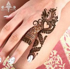 Mehndi is something that every girl want. Arabic mehndi design is another beautiful mehndi design. We will show Arabic Mehndi Designs. Finger Henna Designs, Mehndi Designs For Girls, Simple Arabic Mehndi Designs, Henna Art Designs, Mehndi Designs For Fingers, Modern Mehndi Designs, Mehndi Design Photos, Mehndi Patterns, Unique Mehndi Designs