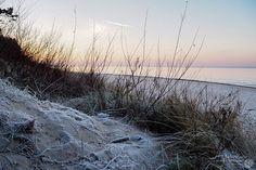 Długi weekend przy okazji Narodowego Święta Niepodległości, to doskonały moment na odpoczynek nad morzem. Wyraźnie to widać po liczbie spacerujących, specjalnie otwartych na tę okazję punktach handlowych i gastronomicznych. Listopad daleki jest od sezonu letniego, ale Bałtyk o tej porze roku także zachwyca, choć w odmienny sposób. Dziś na zdjęciach Pobierowo, nieco przed zachodem słońca. …