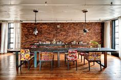 Find Charming Dining Room Design Ideas With Exposed Brick Wall To Impress Your Guests Loft Interiors, Dining Room Design, Dining Room Decor, Charming Dining Room, Rustic Dining Room, Dining, Home Nyc, Eclectic Dining Room, Home Decor Styles