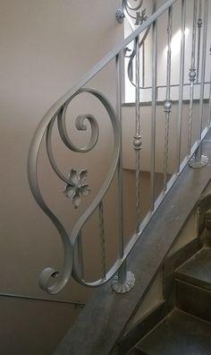 RINGHIERA FERRO BATTUTO . Realizzazioni Personalizzate . 033 Metal Staircase Railing, Steel Handrail, Wrought Iron Stairs, Veranda Railing, Iron Handrails, Extravagant Homes, Staircase Remodel, House Plants Decor, Railing Design