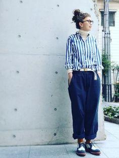 太めのストライプシャツは、カジュアルでメンズライクな雰囲気ですね。袖口や襟ぐりからインナーを見せる着こなしもオシャレです。