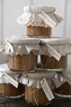 Modern Country: Høstens gode ting - Good thing of autumn. Jar Gifts, Food Gifts, Pretty Packaging, Modern Country, Homemade Gifts, Preserves, Mason Jars, Wraps, Canning