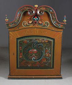 Rosemalt og utskåret hengeskap 1800 tallet, rosemalt 1965. H: 96 cm., B: 75 cm. Prisantydning: ( 4000 - 5000) Solgt for: 4800
