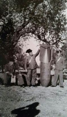 Tres guardias civiles (policía militarizada) posan junto a una bomba SC500 que La legión Cóndor alemana lanzó en algún lugar de Castellón, España en 1938. La ayuda de los nazis y fascistas italianos al ejército de Franco fue crucial para la victoria de los golpistas.Las democracias extranjeras no quisieron ayudar a la joven y débil República Española. Sólo vinieron voluntarios agrupados en las llamadas Brigadas Internacionales.