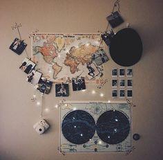 Decoración pared habitación con mapa mundi, fotos de lugares visitados y luces