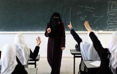 martedì 2 aprile 2013 | Gaza, Striscia di Gaza - MAHMUD HAMS/AFP/Getty Images - Una lezione in una classe di sole ragazze. Il primo aprile è entrata in vigore nella Striscia di Gaza una legge che vieta le scuole miste. La legge è stata approvata dal consiglio legislativo di Hamas.