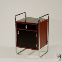 Small tubular steel cabinet in the style of the Bauhaus-Modernism - 750 €