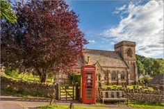 Poster Kirche und Telefonzelle im Dorf Snowshill in den Cotswolds, Gloucestershire (England)