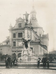 Un monumento no muy conocido en Madrid, el que homenajeaba a las victimas del atentado contra Alfonso XIII en la calle Mayor. Asi era: