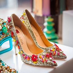 12 Swoonworthy Indian Shoes Worn by Real Brides Gold Bridal Shoes, Bridal Sandals, Indian Shoes, Designer Wedding Shoes, Beautiful High Heels, Wedding Heels, Dress With Boots, Fashion Lookbook, Indian Bridal