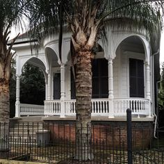 Another nice smallish home in New Orleans. I like the feeling of the curved porch with the arches! #neworleans #historic #homes #victorian #architecture #design #archilovers #architecturelovers #marigny #frenchquarter by thurston.chuck