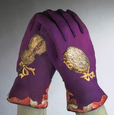 Fall 1939, France - Gloves by Elsa Schiaparelli - Silk crepe, metallic and silk thread embroidery, pearls