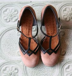 Chie Mihara shoes, sandals, blocs and boots. Buy now original, feminine footwear. Designer shoes of maximum comfort! Retro Mode, Mode Vintage, Vintage Shoes, Dream Shoes, Crazy Shoes, Me Too Shoes, Pretty Shoes, Beautiful Shoes, Zapatillas Casual
