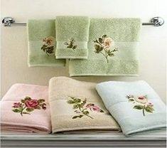 Aprende la técnica de cómo decorar toallas y jabones de baño ~ cositasconmesh Towel Embroidery, Embroidered Towels, Ribbon Embroidery, Bath Towel Sets, Bath Towels, Modern Bathrooms Interior, Bathroom Towel Decor, Personalized Towels, Towel Storage