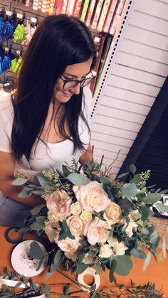 Photo en plein action de notre fleuriste Mélyssa-Ann! 🌿🌹 Une autre belle création = une mariée comblée. Bouquets, Floral Wreath, Photos, Creations, Action, Wreaths, Home Decor, Wedding Bouquet, Other