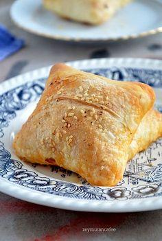 Göçmen böreğinin hamuru sadece un su ve tuzdan oluşmaktadır .Ne yumuşak ne de sert kıvamda hazırlanan hamur dinlenince daha güzel sonuç vermekte olup böreğin ...