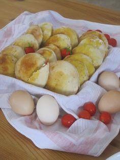 Μεσογειακά πιτάκια!! Hamburger, Dairy, Bread, Cheese, Recipes, Food, Brot, Essen, Eten