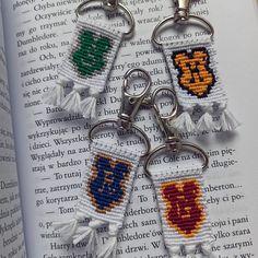 Floss Bracelets, Slytherin, Pride Bracelet, Diy Friendship Bracelets Patterns, Bead Loom Patterns, Alpha Patterns, Loom Beading, Hand Embroidery, Beaded Jewelry