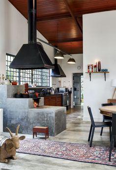Fogão a lenha separa ambientes da cozinha e sala de estar