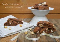 I cantucci al cacao sono biscotti natalizi deliziosi, si possono preparare con largo anticipo e conservare in scatole di latta.