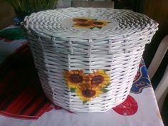 canasta con girasoles hecha con papel periodico...