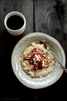Havre-ruggrød med rabarberkompot & nøddetopping Gourmet Recipes, Vegetarian Recipes, Healthy Recipes, Healthy Breakfasts, Oats And Honey, Food Crush, Morning Food, Food Pictures, I Foods