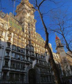 El Palacio Barolo, Buenos Aires, es un minucioso homenaje a La Divina Comedia. El edificio mide justo cien metros, que se corresponden con los cien cantos del poema. Mario Palanti, arquitecto