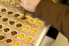 Fyldte chokolader består af en støbt skal af chokolade, og et lækkert blødt fyld. Her får du en udførlig beskrivelse af hvordan du laver dit eget fyld, hvad du skal bruge af redskaber og ingredienser, og inspiration til, hvordan det færdige resultat skal smage.