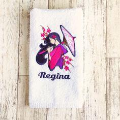Toalha de Rosto Bordada Gueixa (Produto Personalizado). A beautiful embroidery face towel from Bordaria.  #bordaria #toalhaspersonalizadas #toalhasbordadas
