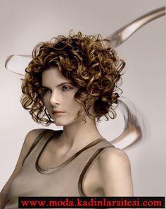 kısa bukleli saç modeli