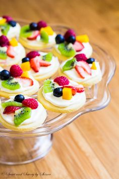 Mini Fruit Pizzas ~Sweet & Savory Summer classic dessert in bite-size! These mini fruit pizzas are built on simple soft sugar cookies and topped with white chocolate cream cheese filling and colorful fresh fruits. ~Sweet and Savory by Shinee Mini Desserts, Classic Desserts, Summer Desserts, Delicious Desserts, Dessert Recipes, Yummy Food, Party Desserts, Party Snacks, Bite Sized Desserts