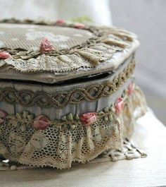 Lovely Old French Ribbon and Lace Embellished Box ~ Shabby Chic Crafts, Vintage Crafts, Vintage Shabby Chic, Shabby Chic Boxes, Fabric Covered Boxes, Fabric Boxes, Vintage Accessoires, Old Boxes, Altered Boxes